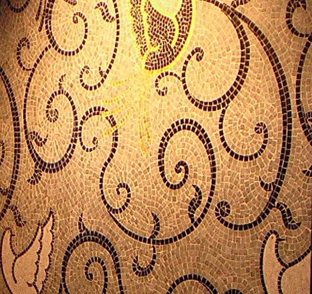 укладка художественного панно из мозаики