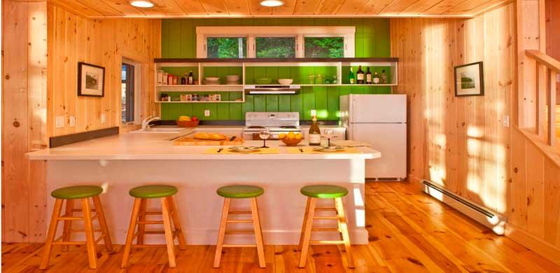кухня в деревянном доме с рабочим остравом