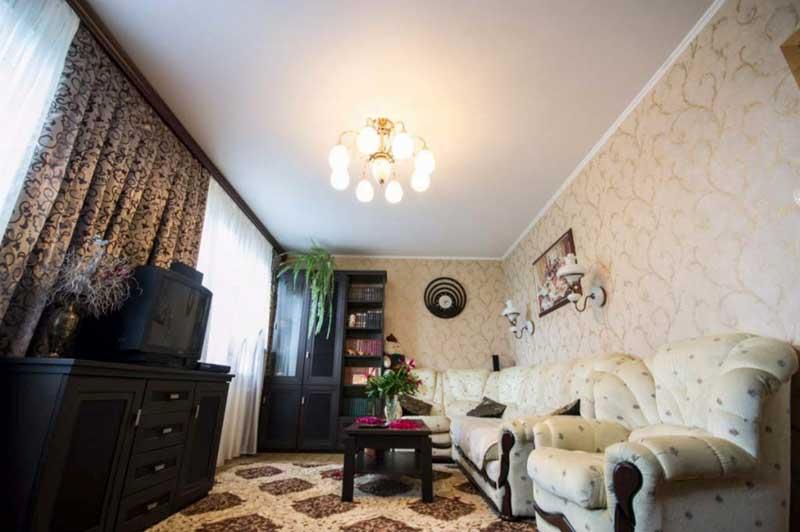 матовый потолок в гостиной