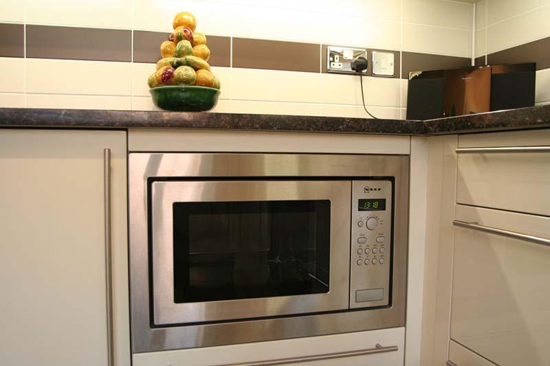 микроволновка на кухне под столешницей
