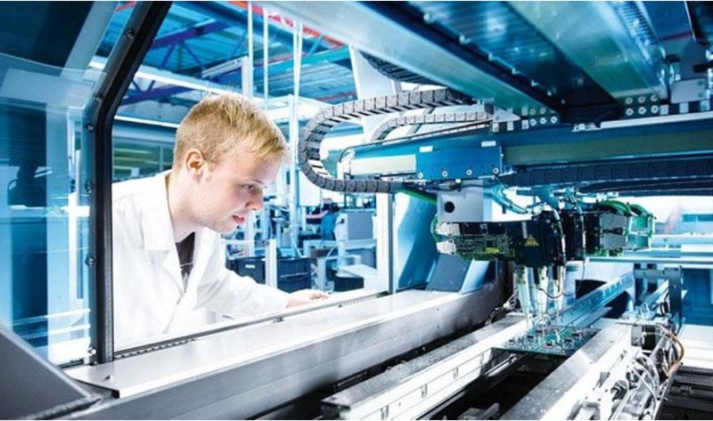 На фото – сотрудник производственного предприятия на рабочем месте