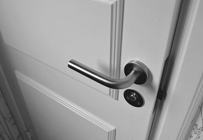 установка ручки на дверь фото