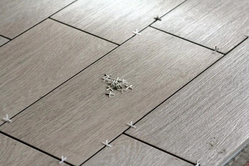 поменять лопнувшую плитку на полу
