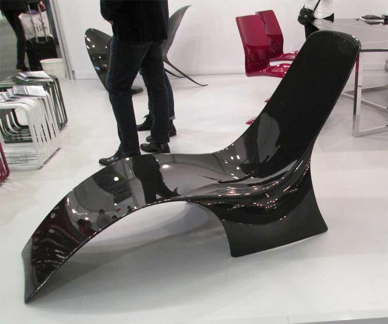 Черное пластиковое кресло