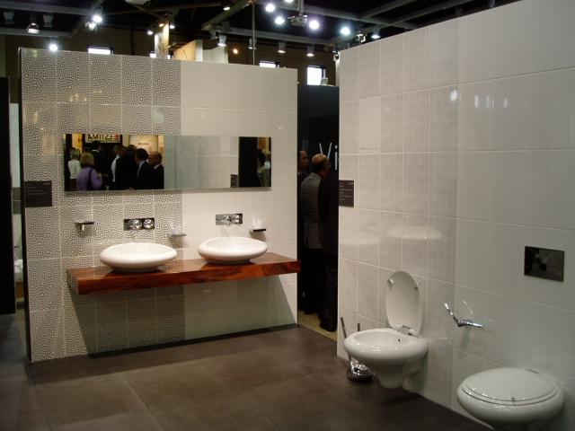 Дизайн формы сантехнических приборов обуславливают стиль этого санузла