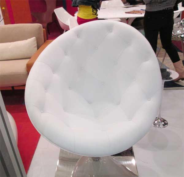 Фото белого стеганного кресла