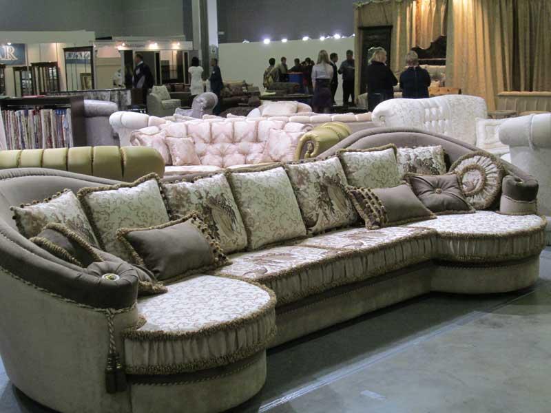 Фото большого дивана с подушками