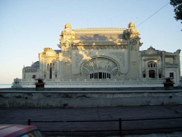 Вид дворца на набережной