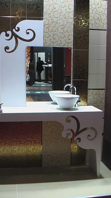 Вид ванной комнаты с плиткой