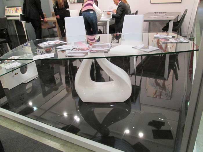 Фото стеклянного  стола с одной ножкой
