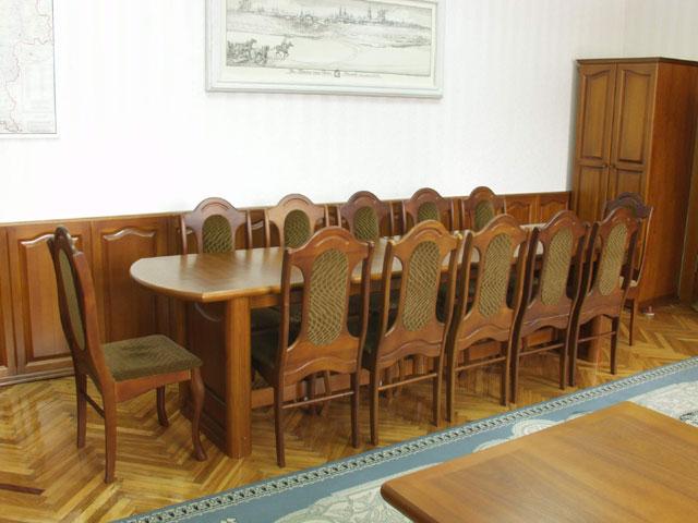 кабинетный стол из темного дерева