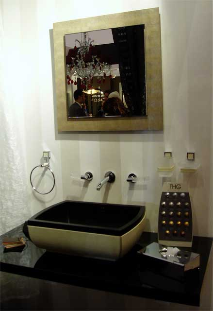 Использование для украшения ванной черной раковины