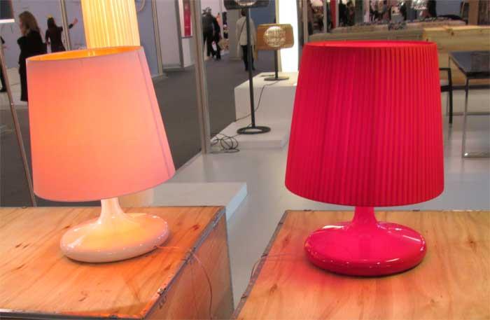 Красная и розовая настольные лампы