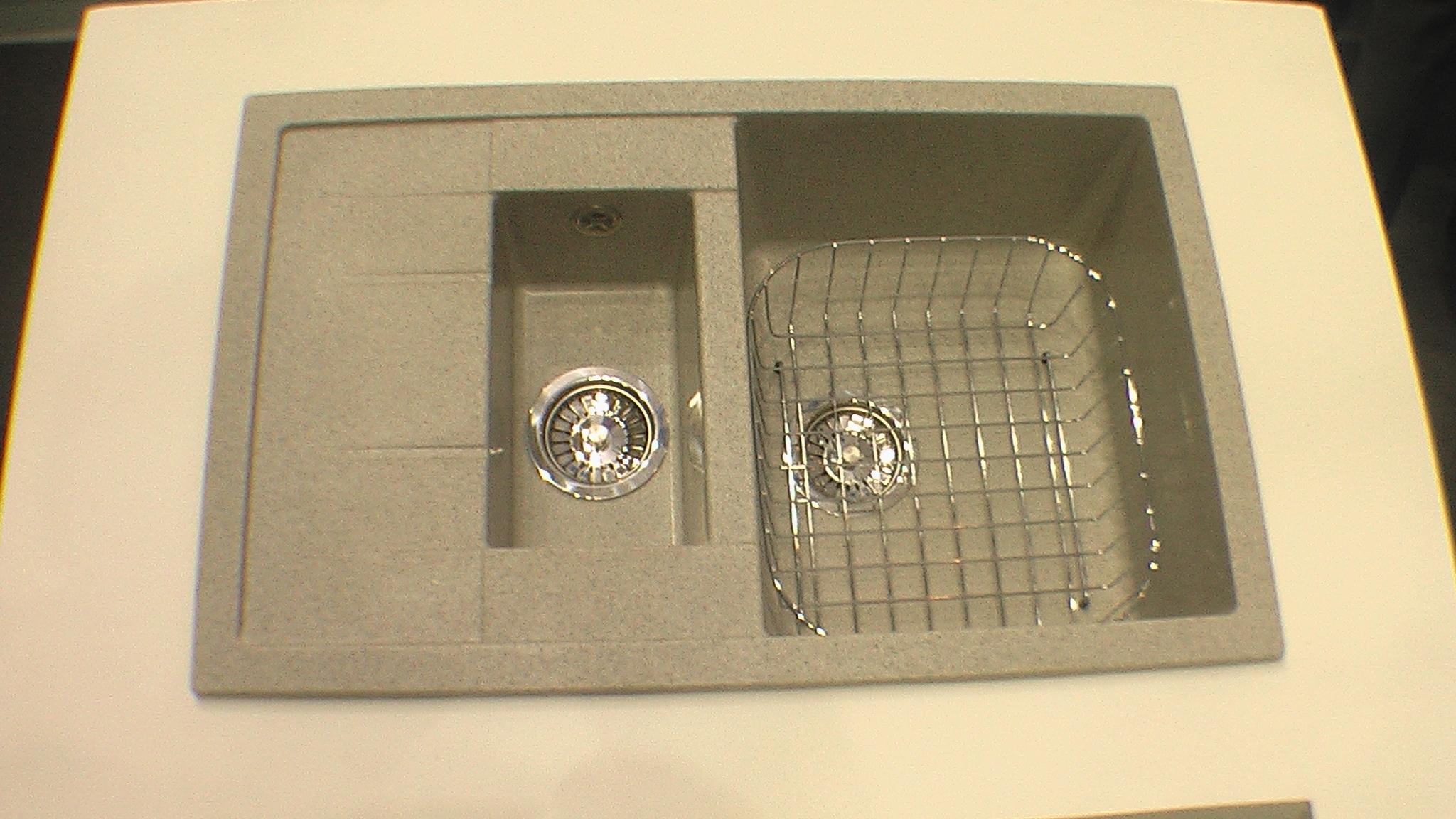Кухонная мойка с двумя емкостями для посуды