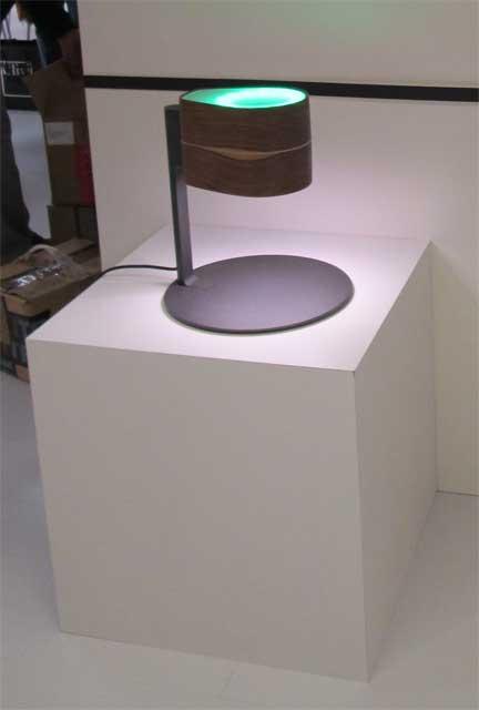 Маленькая черная настольная лампа
