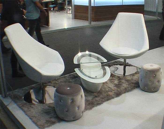Маленькие белые кресла