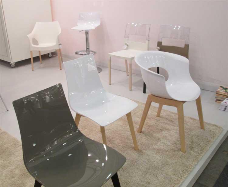 Пластиковые стулья с деревянными ножками