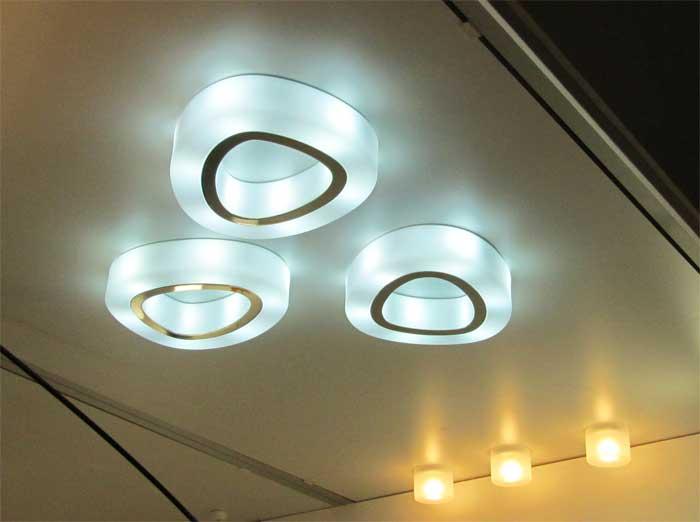 Потолочная люстра из трех светильников