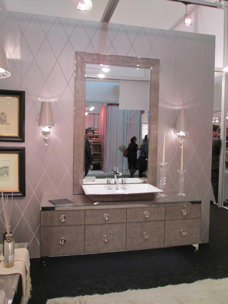 Раковина, тумба и зеркало мягкого лилового цвета