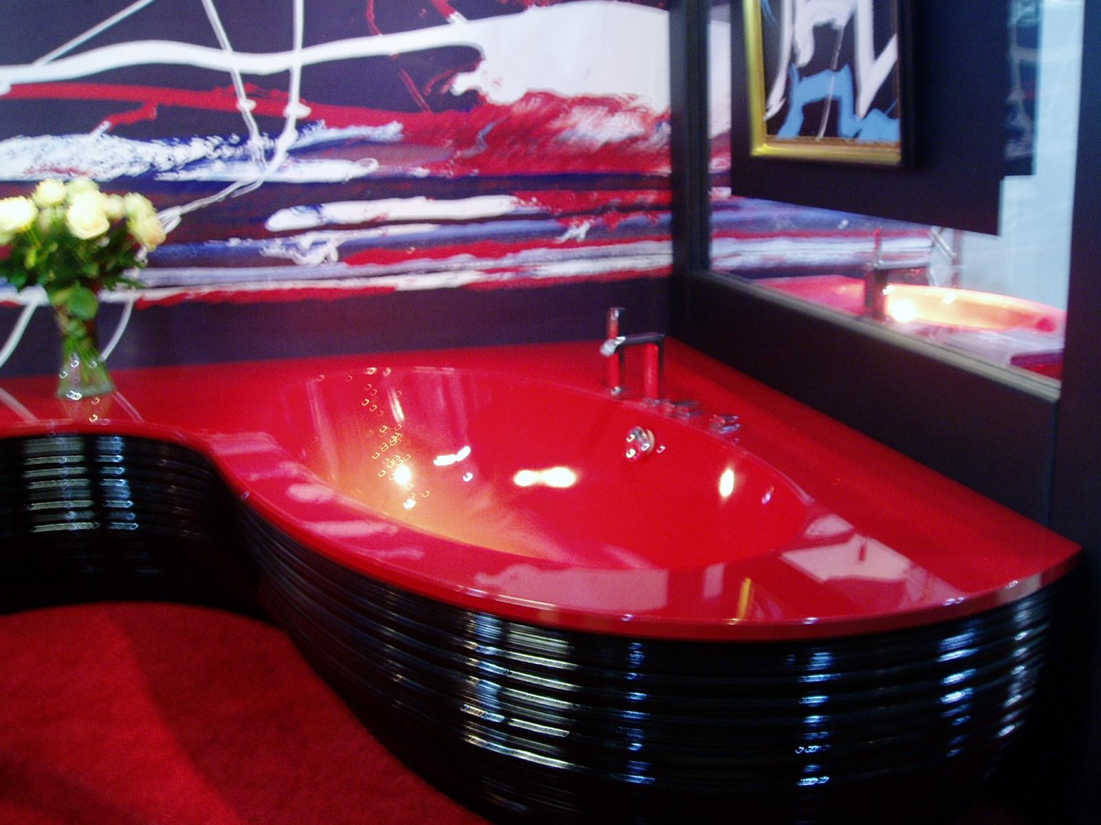 Современная ванная красного цвета сложной угловой формы