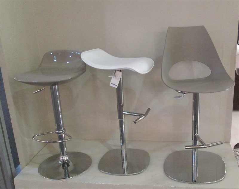 Высокие стулья на одной ножке для барной стойки