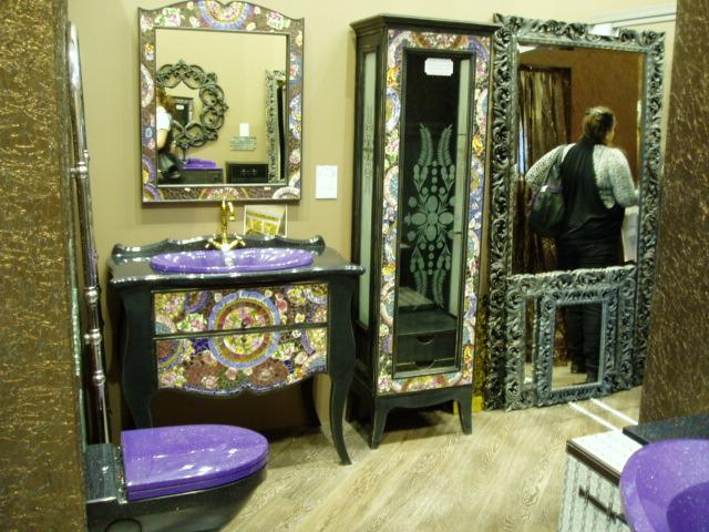 Яркий красочный санузел с художественной отделкой на мебели
