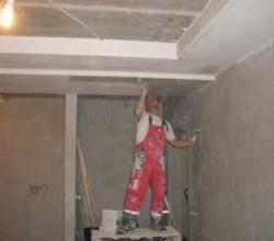 шпаклевка потолка бригадой маляров