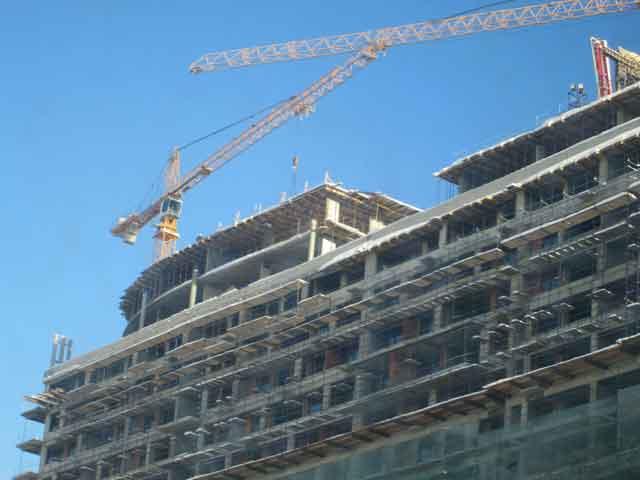 Монтаж многоэтажных зданий с применением башенного крана