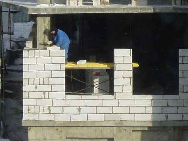 монтаж стен из блоков зимой