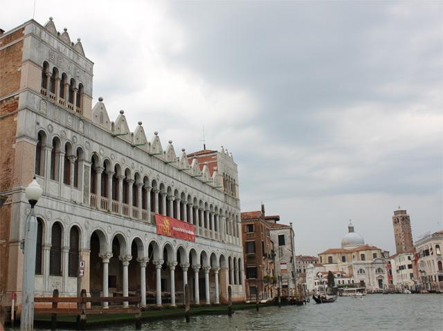 здание с оштукатуренными колоннами