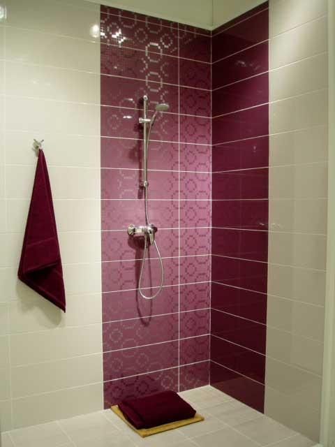 облицовка плиткой и мозаикой стен в ванной