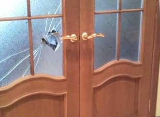 Фото замены разбитого стекла в межкомнатной двери