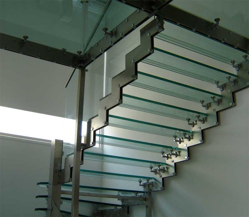 прозрачные ступени стеклянной лестницы