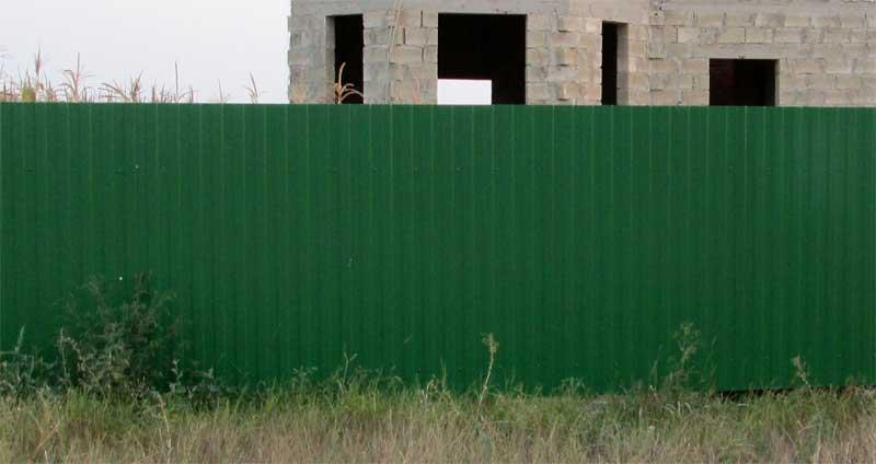 установленный забор из профнастила