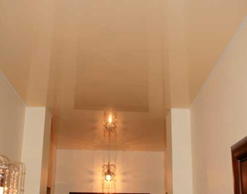Фото глянцевого натяжного потолка в прихожей