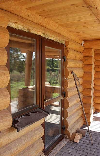 фото установки окна в деревянном доме