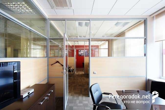 фото офиса со стационарными перегордками