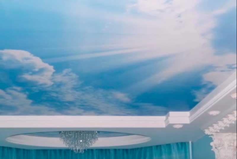 фото натяжного потолка глубое небо