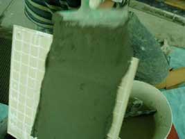 шпателем наносим слой плиточного клея
