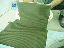 прикладываем плитку к полу