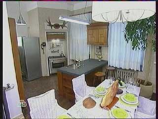 большой холодильник, мойка с  рабочим столом