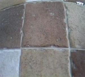 на фото видны остатки затирки в рельефе плитки