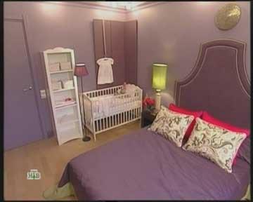 В интерьере спальни детский уголок выглядит как отдельное пространство, белая мебель детского уголка только это подчеркивает. Детское место с кроваткой для