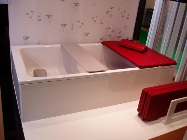 Белая квадратная большая ванна