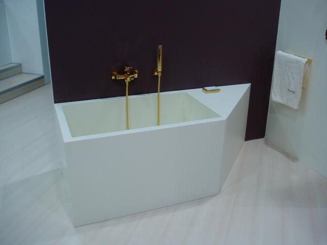 Белая нестандартная ванна для стильной ванной комнаты