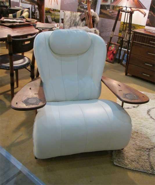 Белое кожаное кресло с подлокотниками
