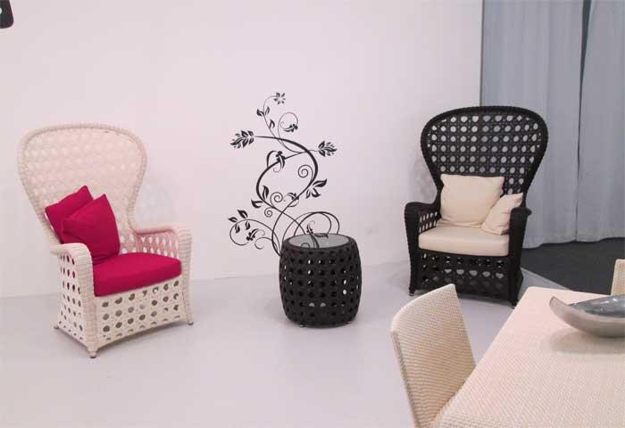 Черное и белое плетеные кресла