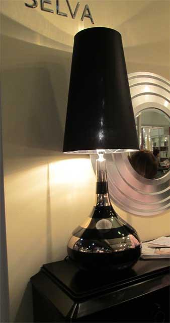 Черный настольный светильник
