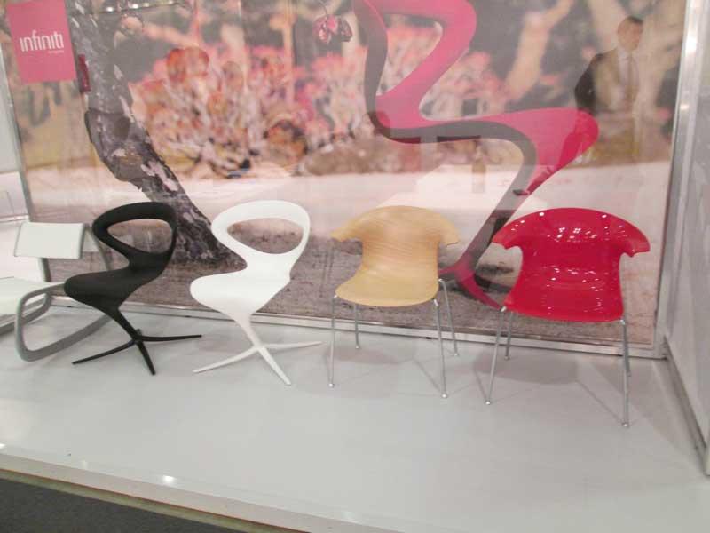 Дизайн разноцветных стульев из пластика