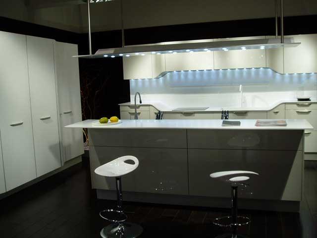 Вид белой кухни